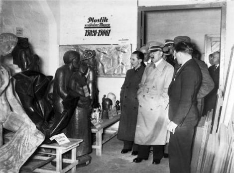 Hitler, en un almacén de obras en Berlín. ARCHIVOS Y REGISTROS DE EEUU