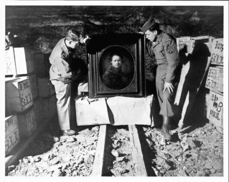 Soldados aliados con una obra de Rembrandt, escondida en una mina / ARCHIVOS Y REGISTROS DE EEUU