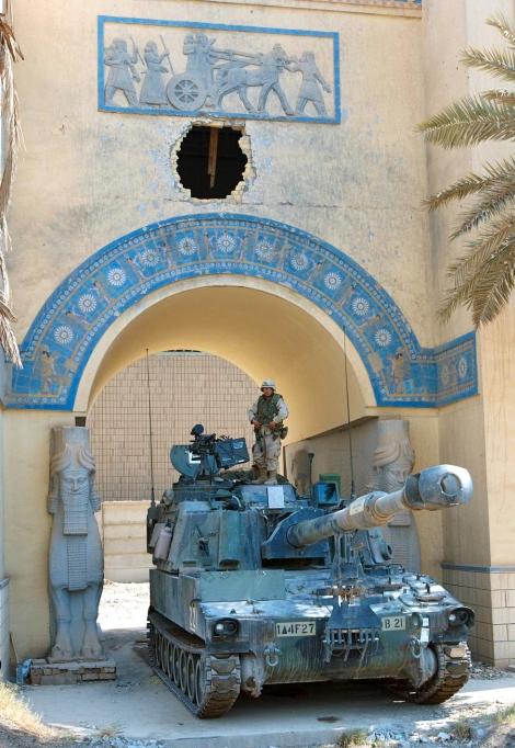 Soldados estadounidenses custodian las instalaciones del Museo Nacional de Irak en julio de 2003 / Getty (El País)