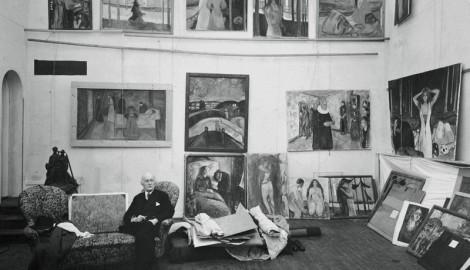 Munch con parte de las obras del Friso de la vida en su estudio en Ekely (Oslo). Foto: grupoembolicart.com.