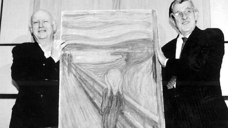 Knut Berg, director de la Galería Nacional (dcha.) sostiene El Grito tras ser recuperado en 1994 (Foto: EFE | vía ABC).
